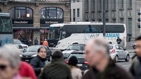 Der Schwanenplatz in Luzern mit Cars. Das Bild entstand am Donnerstag, 2. Februar 2017.(Pius Amrein / Neue LZ)Verkehr, Car, Parkplatz, Carparkplatz, Tourismus (Pius Amrein  (lz) / Luzerner Zeitung)