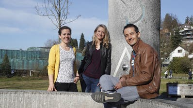 Die Drei von der Würzenbach-Buvette: v.l. Helen Jovanovic, Gabriela Hübscher und Simon Schärer posieren auf der Brüelmatte.