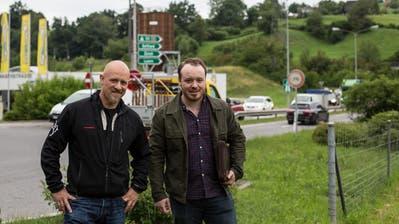 Roli Müller (links) und Samuel Lütolf wollen das Verkehrsproblem beim A4-Zubringer schnellstmöglich entschärfen. (Bild: Pascal Linder (Küssnacht, 8.Juni 2020))