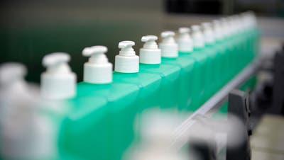 Bei der B. Braun Medical AG in Sempach wierd wegen der grossen Nachfrage rund um die Uhr Desinfektionsmittel produziert. Auf dem Bild zu sehen ist eine Detailaufnahme an der Produktionslinie der Handdesinfektionsmittel. Das Bild entstand am Donnerstag, 13. August 2009.(Bild Pius Amrein / Neue LZ)Gesundheit, Wirtschaft, Desinfektion (Pius Amrein (neue Lz) / Neue Luzerner Zeitung)
