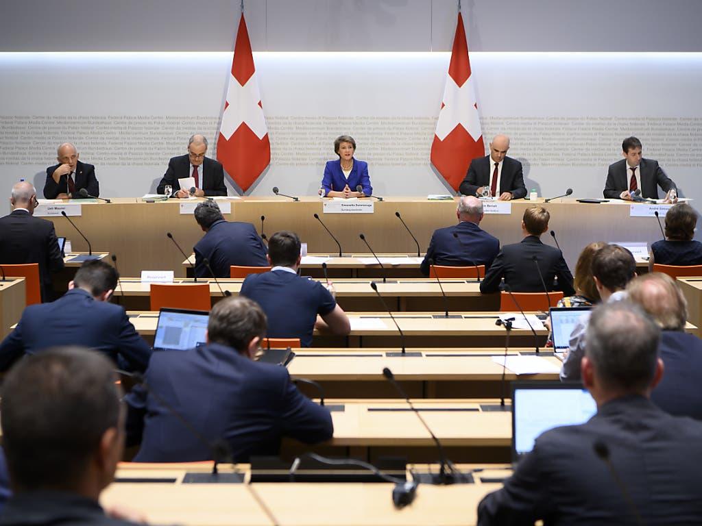 Bundespräsidentin Simonetta Sommaruga, Mitte, präsentierte die neusten Coronamassnahmen des Bundesrates, darunter grosse Finanzspritzen für den öffentlichen Verkehr.