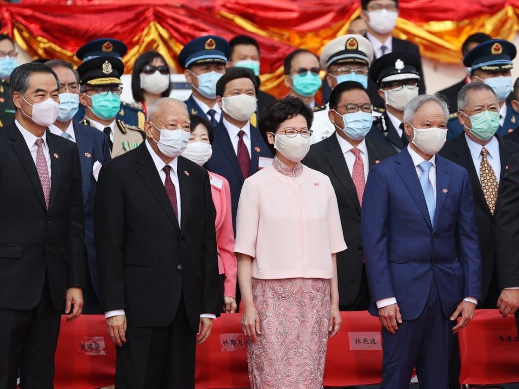 Chinas Statthalterin in Hongkong, Carrie Lam (2. Person von rechts), organisierte am Mittwoch eine abgeschirmte Zeremonie mit vielen geladenen Gästen.