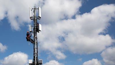 Die Installation einer 5G-Antenne. (Peter Klaunzer Keystone (Bern, 26. März 2019))