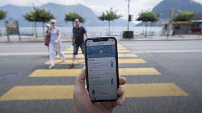 Eine Person nutzt die SwissCovid Contact Tracing App auf ihrem Smartphone. (Bild: Pablo Gianinazzi/Keystone/Ti-Press (Lugano, 25. Juni 2020))