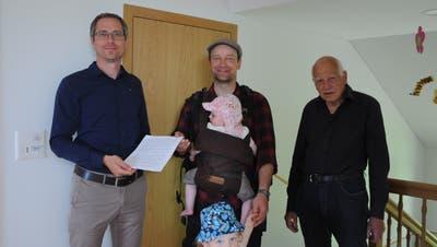 Walzenhausens Gemeindepräsident Michael Litscher (links) nimmt die Unterschriften von Falk Merz und Ruedi Tobler entgegen. (Bild: Astrid Zysset)