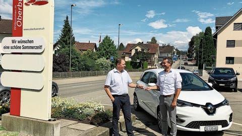 BUGA-Mitinhaber Martin Kaiser (links) bei der Schlüsselübergabean Oberbürens Gemeindepräsident Alexander Bommeli.