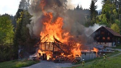 Der alte Stall in der Schwendi brannte vollständig nieder. (Bild: Kantonspolizei Obwalden (9. Mai 2020))