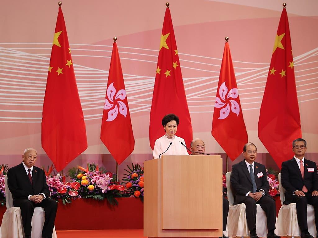 Die Stadthalterin Pekings in Hongkong, Carrie Lam, sprach am Mittwoch anlässlich des 23. Jahrestages der Rückgabe Hongkongs an China zu geladenen Gästen.