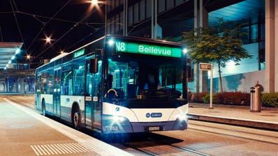 Statt Wiederinbetriebnahme am 17. Juli bleiben sie bis auf Weiteres im Depot: die Nachtbusse und -Züge des ZVV-Nachtnetzes. (HO)
