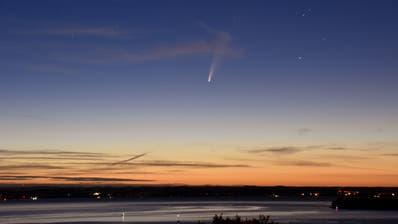 Der Komet Neowise über dem Bodensee, fotografiert am Morgenhimmel von Rorschacherberg aus. (Andreas Walker)