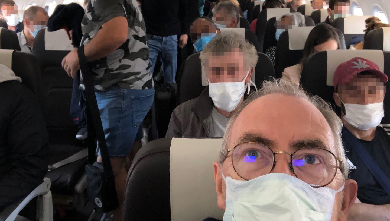 Passagiere mit Masken in einem Flugzeug der Swiss auf dem Flug von Zürich nach Lissabon am 17. Mai 2020. (Bild: Oliver Franz / Aargauer Zeitung)