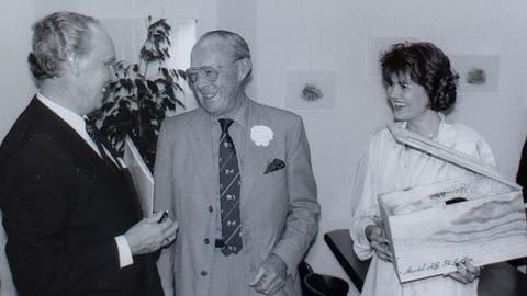 Hans Groth (links) und Prinz Bernhard der Niederlande beim Unterschreiben des Vertrags in Unterägeri im Sommer 1990. (Bild: PD)