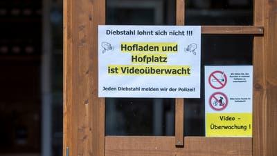So warnen die Inhaber des Walser-Hofs mögliche Langfinger. (Reto Martin)
