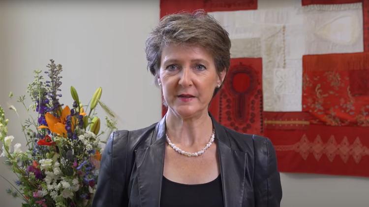 Simonetta Sommaruga gedachte den Opfern des Srebrenica-Massakers. (Youtube/UVEK)