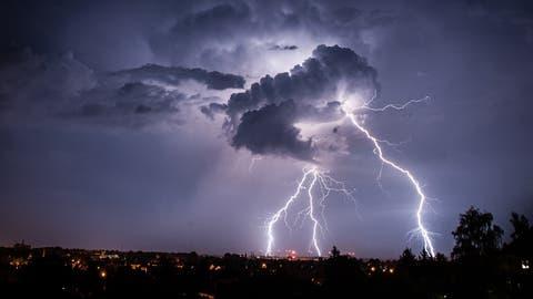 Am Freitagabend gingen in der Schweiz Gewitter und Starkregen nieder. (Symbolbild) (Florian Gaertner / AP/dpa)