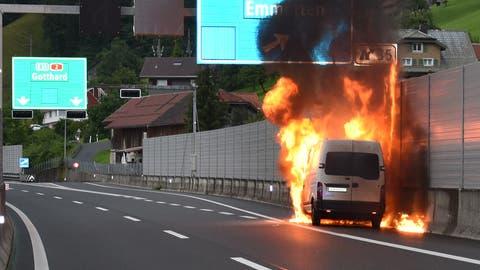 Der Lieferwagen geriet in Vollbrand. (Bild: Kantonspolizei Nidwalden)