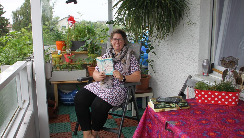 Katharina Dietrich geniesst Lesepausen auf ihrem mit Pflanzen begrünten Balkon. (Bild: Daniela Huijser)