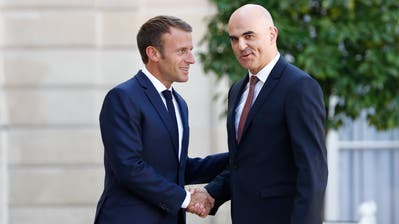 Frankreichs Präsident Emmanuel Macron (l) mit Bundesrat Alain Berset: Am Dienstag wird der Schweizer erneut in Paris erwartet. (Peter Klaunzer / KEYSTONE)