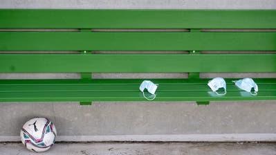 Ein Mann verteilt Schutzmasken. (Bild: Georgios Kefalas / Keystone (Basel, 6. Juli 2020))