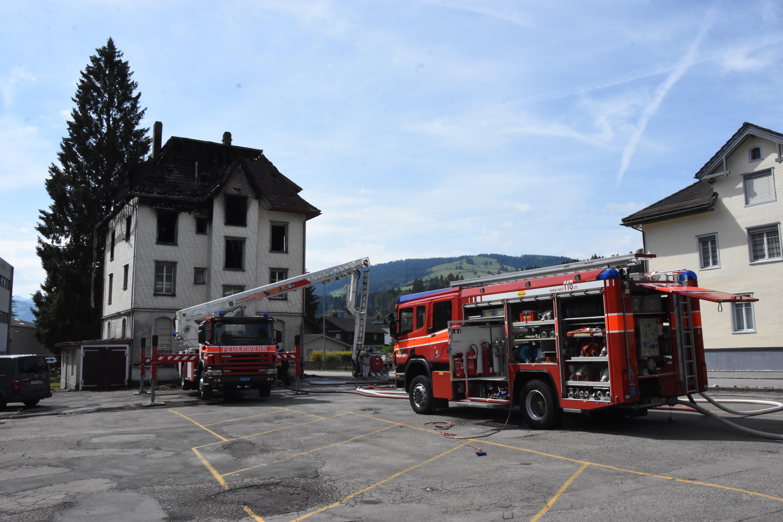 Die Feuerwehr Wattwil-Lichtensteig ist noch mit zwei Einsatzfahrzeugen an der Bleikenstrasse vor Ort.