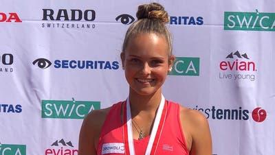 Alina Granwehr sichert sich mit einem souveränen 6:2, 6:2-Sieg gegen Sophie Lüscher ihren fünften Schweizer Meistertitel bei den Juniorinnen. (Bilder: PD)