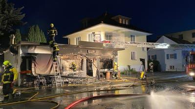 Beim Eintreffen der Feuerwehr Triesen stand das Objekt bereits in Vollbrand. (Bilder: Landespolizei)
