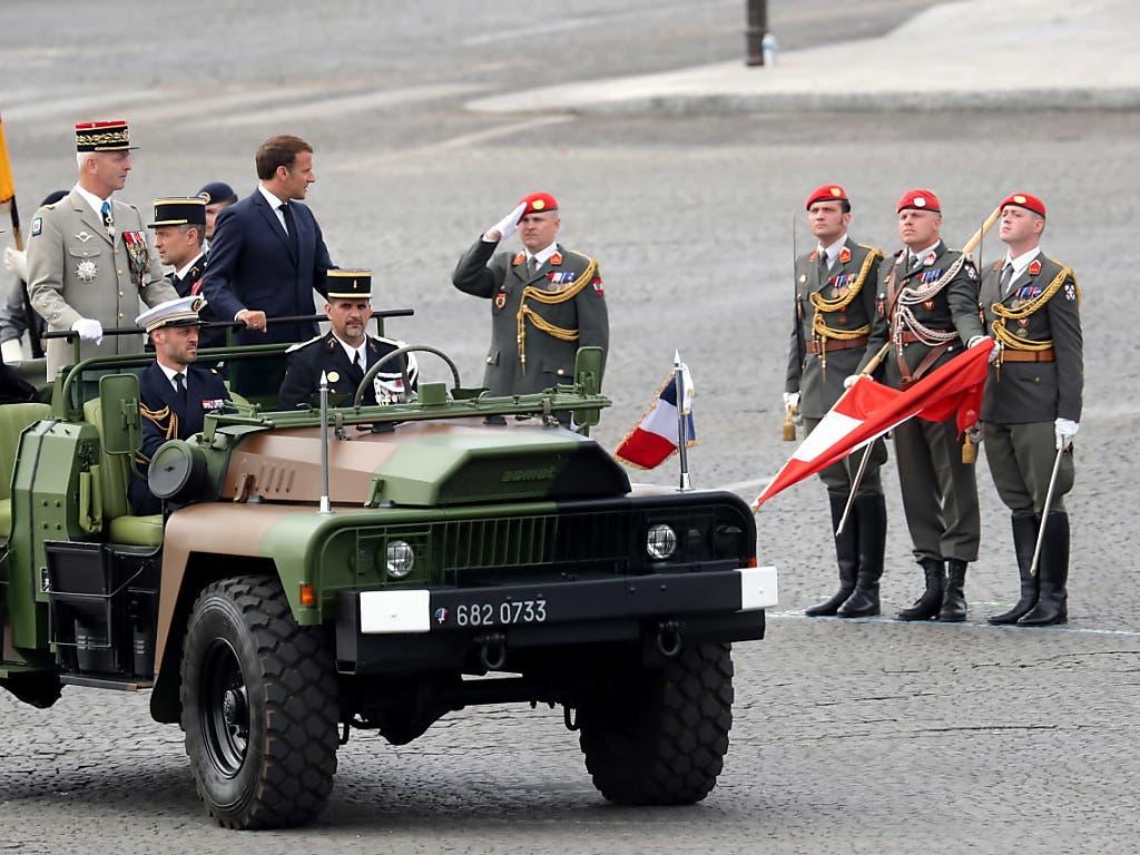 Der französische Staatschef Emmanuel Macron passiert das Schweizer Armeedetachement an der Feier in Paris zum französischen Nationalfeiertag.