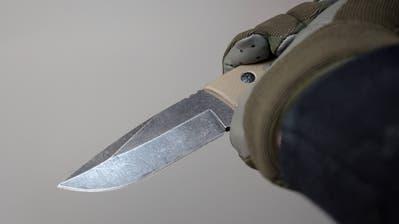Die zwei Unbekannten bedrohten den 76-Jährigen mit einem Messer und forderten Geld. (Symbolbild: Imago)