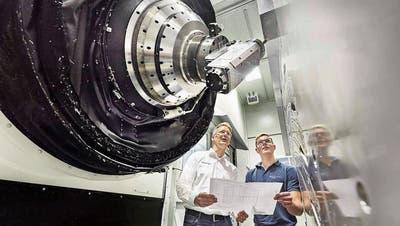 Begutachtung einer Starrag-Ecospeed beim deutschen Airbus-Zulieferer Premium Aerotec. Links im Bild Christian Welter, Leiter Grossteilefertigung bei Premium Aerotec.