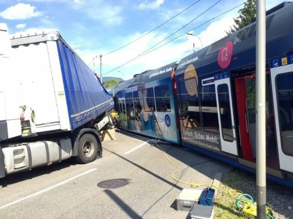 In Aarwangen BE ist am Dienstagmorgen ein Sattelschlepper mit einem Regionalzug von Aare Seeland Mobil kollidiert.