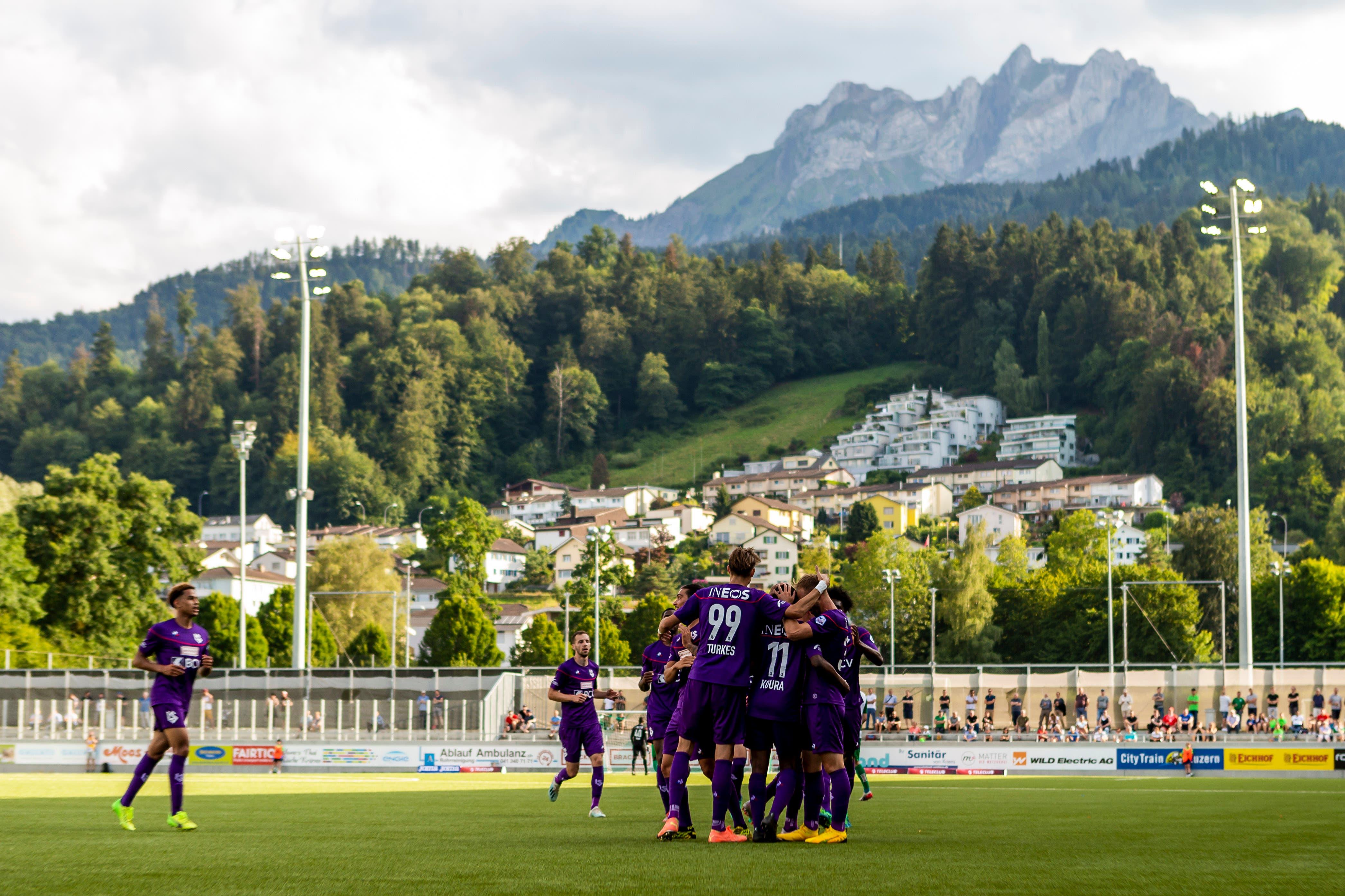 Die Spieler von Lausanne jubeln nach dem Tor zum 0:1 von Anthony Koura.