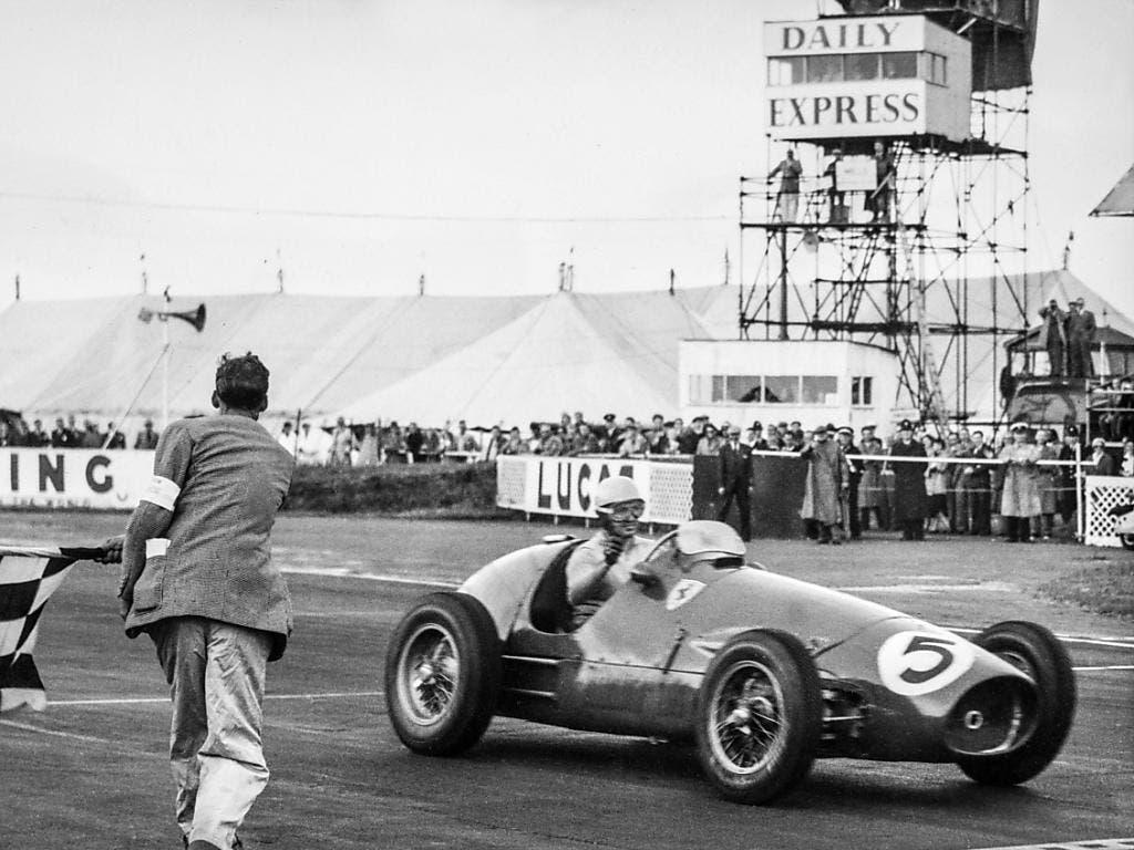 Ebenfalls in Silverstone wird Alberto Ascari 1953 als Sieger abgewinkt