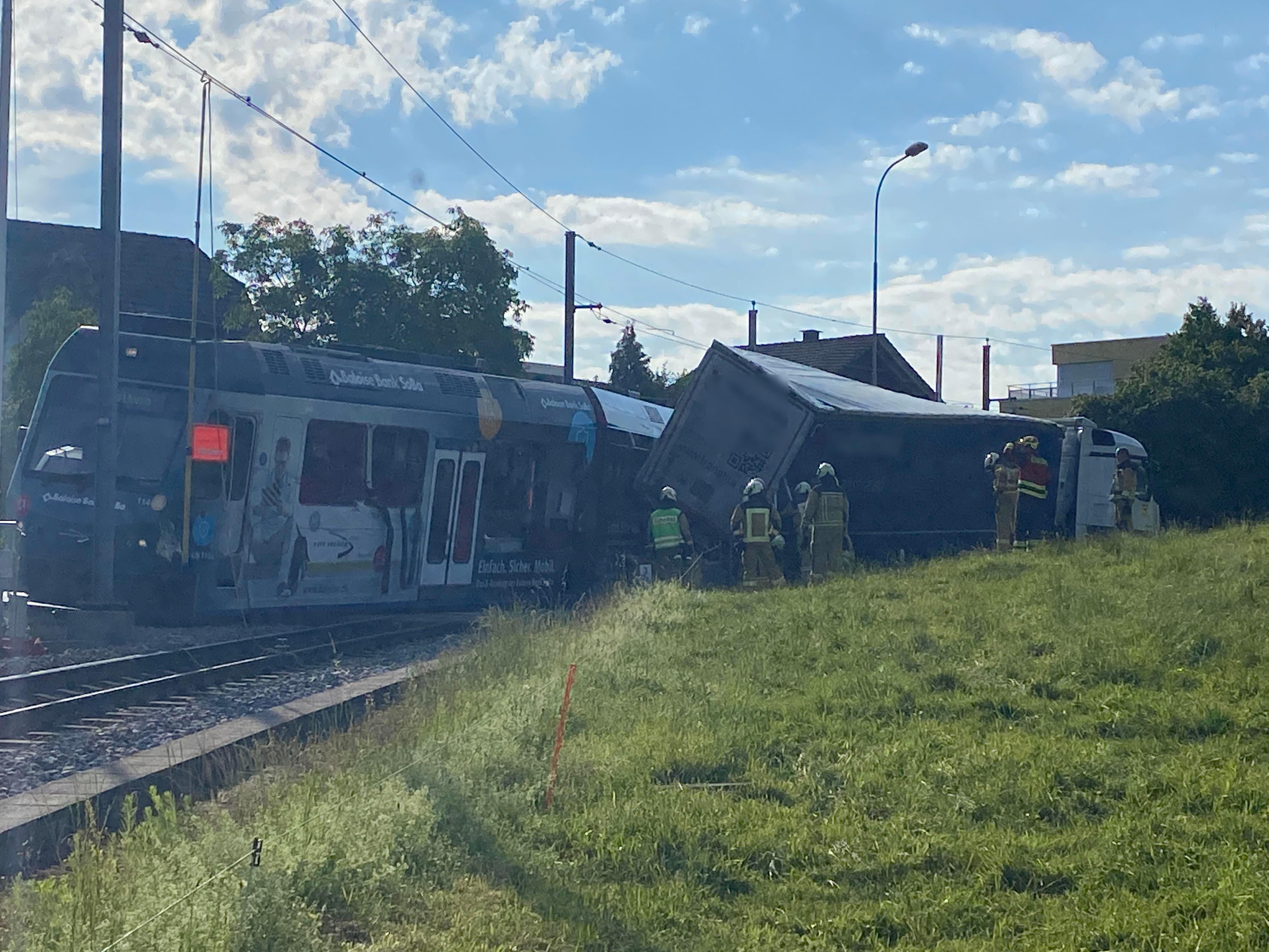 Die Zugkomposition der Aare Seeland mobil wurde aus den Schienen gehoben.
