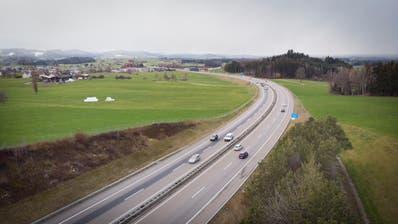 Die Aushubdeponie soll zwischen Lindenbergstrasse und Langfeldden Autobahnlärm vom Siedlungsgebiet fernhalten. (Ralph Ribi (12. Februar 2020))