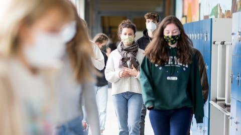Wie an diesem deutschen Gymnasium gilt künftig auch im Kanton Luzern an Berufs- und Kantonsschulen: Masken auf! (Bild: Christian Ender/Getty (Göttingen, 12. Mai 2020))
