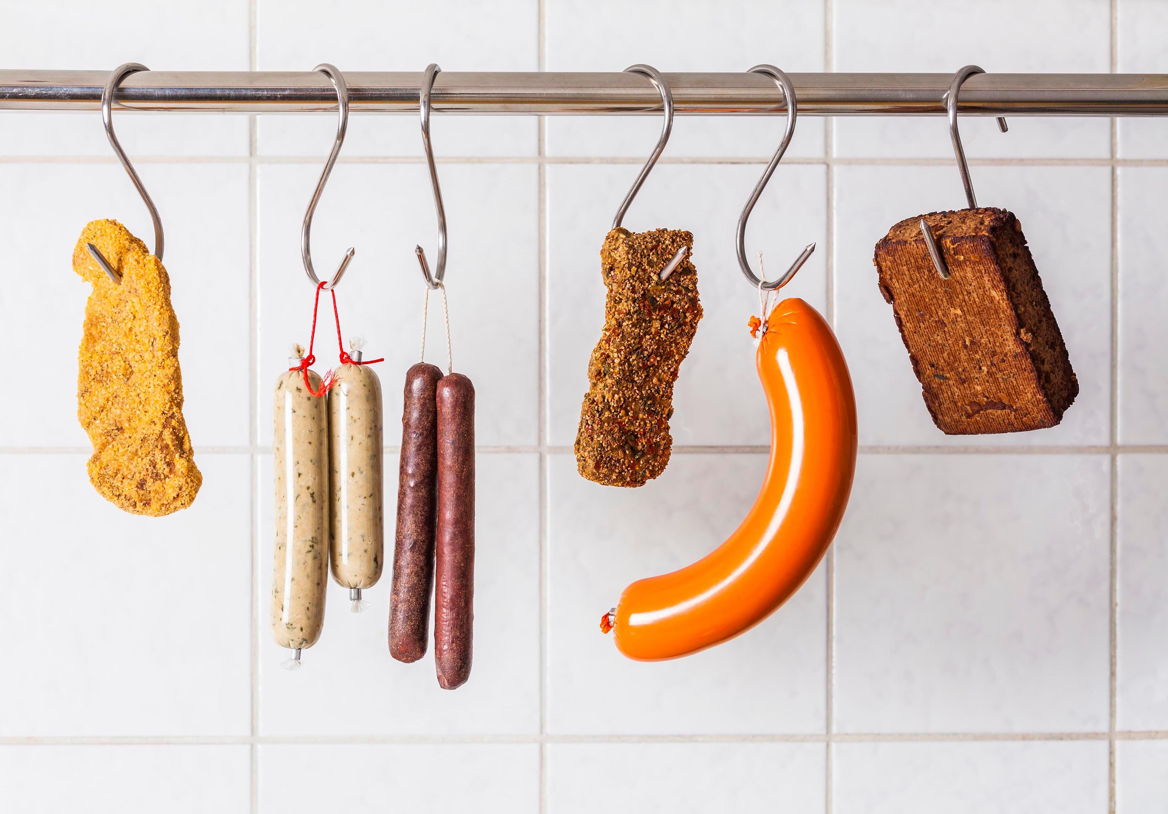 Vom veganen Schnitzel bis zur vegetarischen Salami: Das Geschäft mit Fleisch-Alternativen boomt - und sorgt für hitzige Debatten. (Bild: GettyImages)