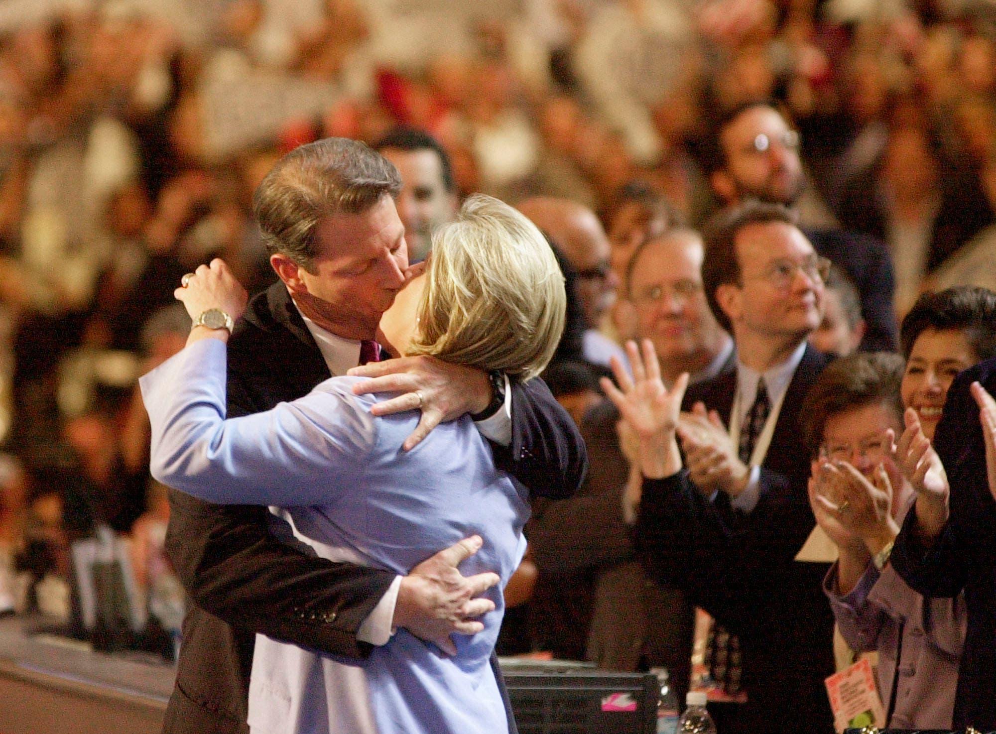 Al Gore, 2000 Los Angeles Al Gore hatte Bill Clinton acht Jahre lang als Vizepräsident gedient und versuchte 2000 sein eigenes Glück. Während des Vorwahlkampfs wurden seine roboterhaften Auftritte von Anhängern oft kritisiert. Gore wusste, dass der Parteitag der Demokraten eine gute Gelegenheit war, dieses Image loszuwerden. Er griff dafür zum wirksamsten Mittel überhaupt: Statt mit Worten begeisterte er die Menge primär mit dem filmreifen Kuss, den er seiner Frau Tipper auf der Bühne vor den Augen der Nation gab. Ganze drei Sekunden dauerte die Szene. Gore verlor die Wahlen trotzdem gegen George W. Bush.