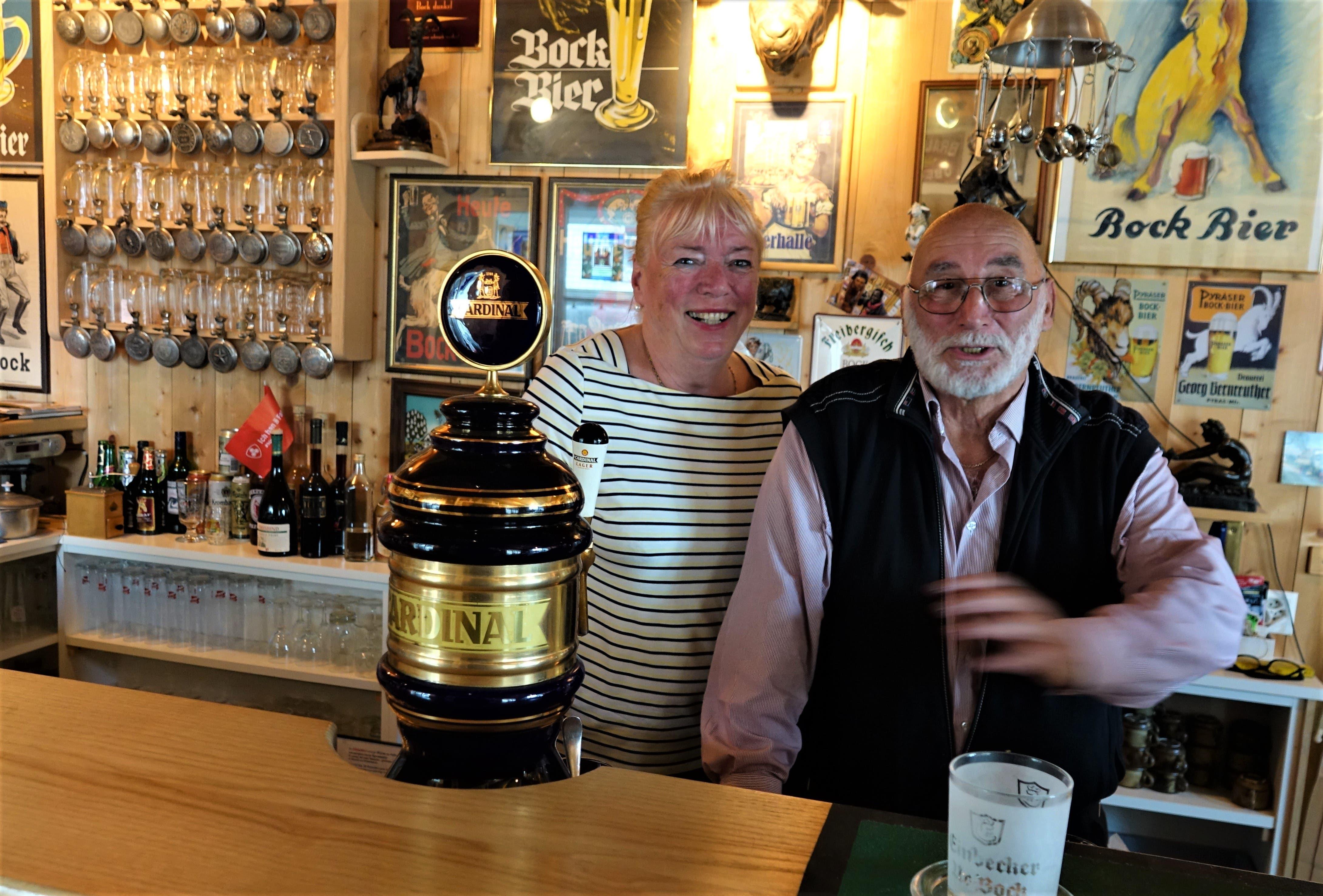 Jutta und Pierre Cobbioni in der Bierschenke, wo die Besucher empfangen werden.
