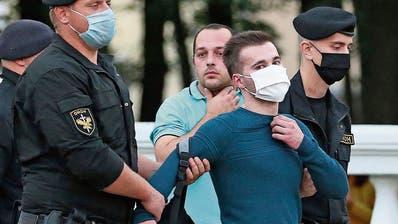Die Minsker Polizei führt einen Demonstranten ab, der gegen den Ausschluss von Viktar Babaryka protestierte. (Bild: Getty Images (Minsk, 14. Juli 2020))