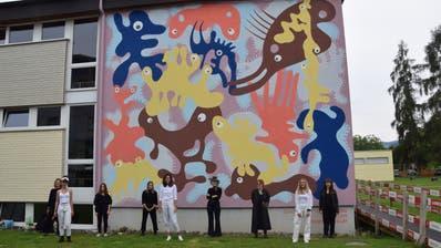 Sichtlich stolz: die Studierenden vor ihrem Kunstwerk, ganz rechts Dozentin und Projektleiterin Myriam Gämperli. (Bilder: Tobias Söldi)
