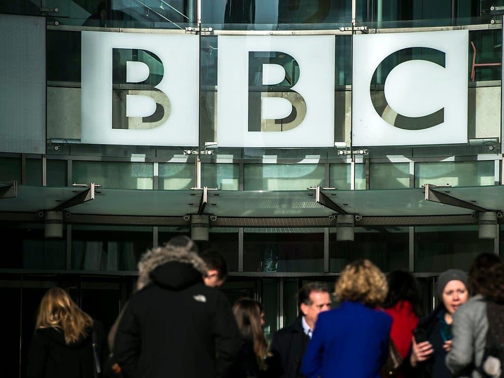 Auch der britische Medienkonzern BBC baut hunderte Stellen ab.