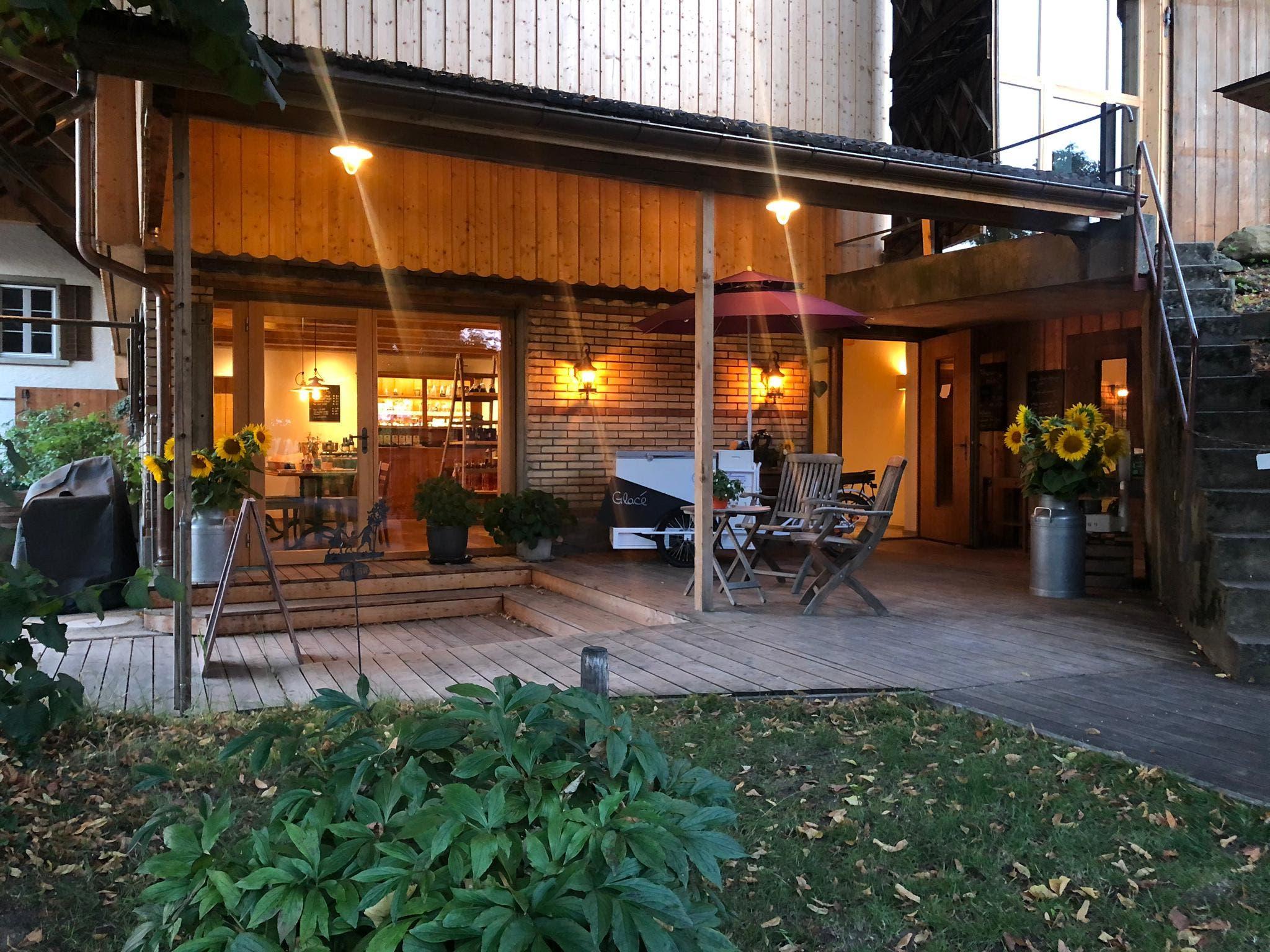 Das Café von aussen mit Sitzplatz.