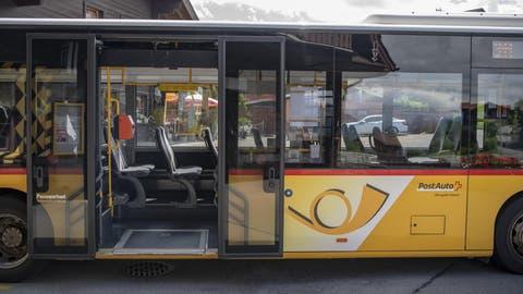 Die Sitze im Postauto blieben in der Coronakrise oft frei. Entsprechend gross sind die Einnahmeausfälle. (Keystone)