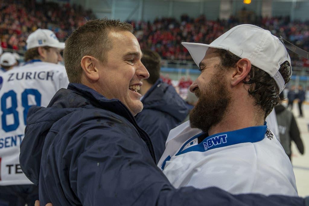 EVZ-Trainer Dan Tangnes feiert mit Fabian Schnyder den Sieg im Final des Swiss Ice Hockey Cups 2018/19 zwischen den SC Rapperswil-Jona Lakers und dem EV Zug.