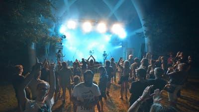 Am Oben Toben Festival 2019 verfolgen die Zuhörer das Konzert der Band «We are Troublemaker». (Bild: Donato Caspari(Tägerwilen, 17. August 2019))
