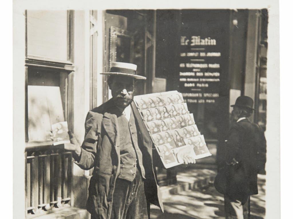 Der Silbergelatineabzug eines Postkartenverkäufers in Paris aus dem Jahr 1911 ist Teil der Ausstellung «The Incredible World of Photography. Sammlung Ruth und Peter Herzog», im Kunstmuseum Basel. Die Ausstellung präsentiert Fotografien, die das Leben im Industriezeitalter dokumentieren.