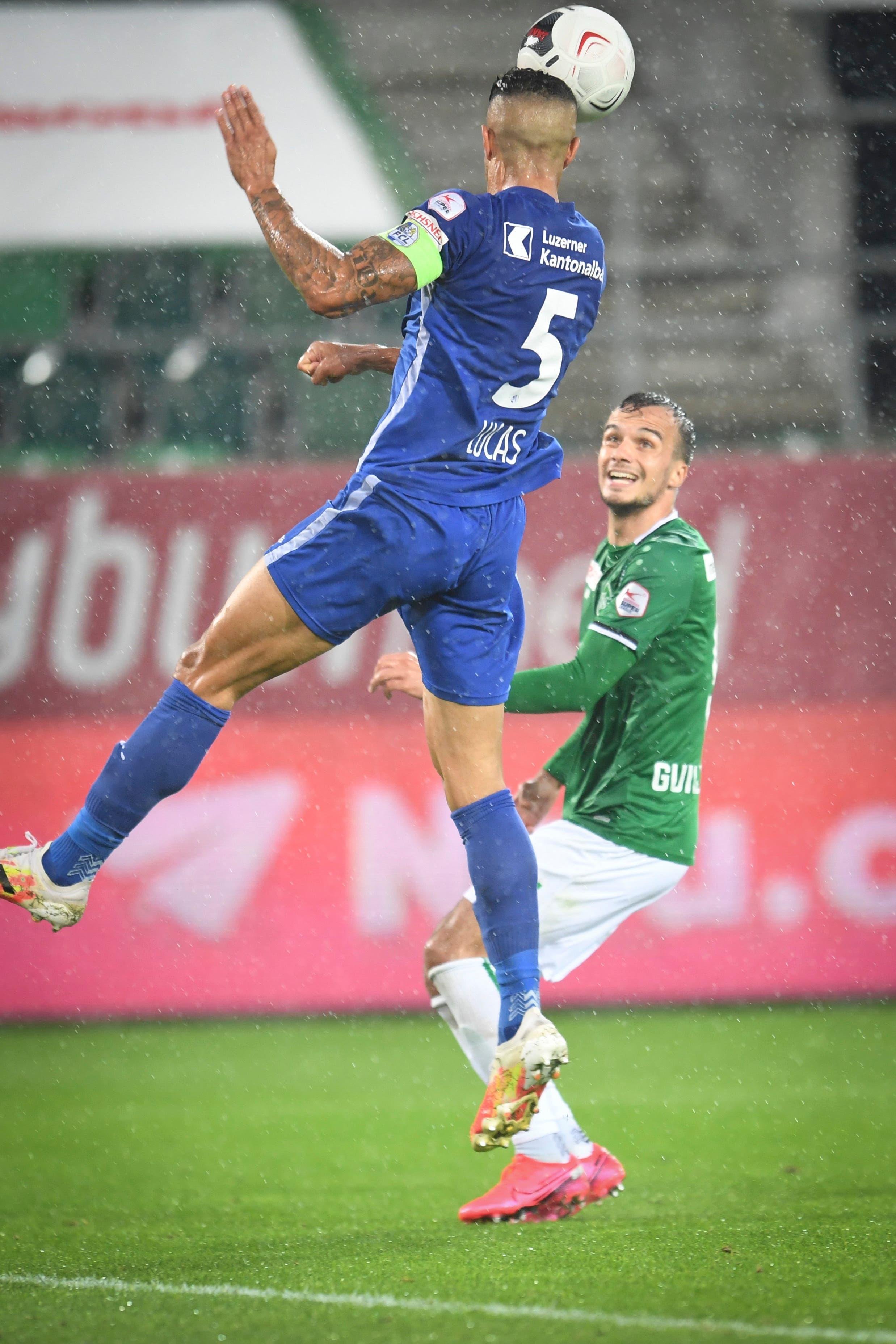 Jeremy Guillemenot FC St. Gallen und Lucas Alves FC Luzern in Aktion.