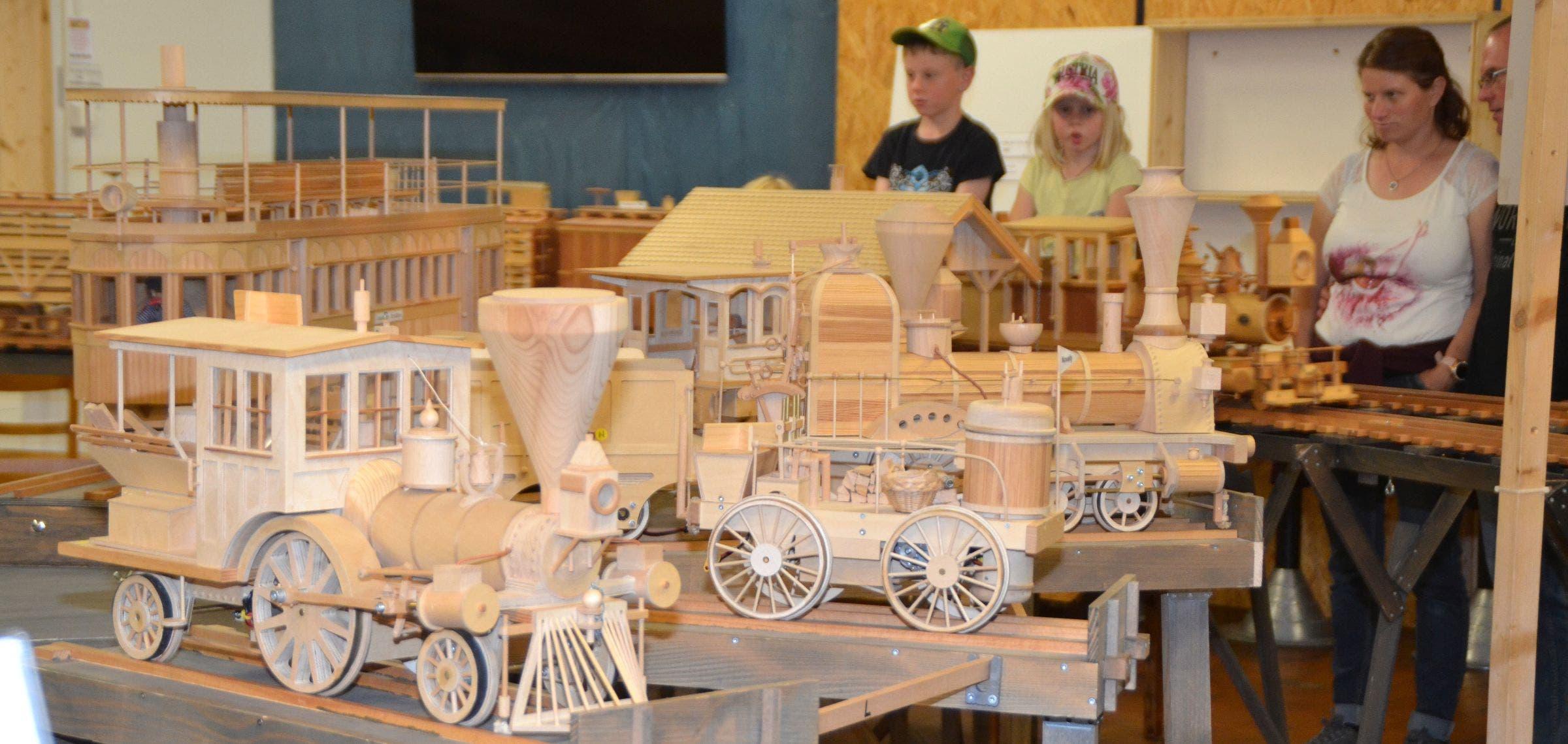 Die Holz-Modelleisenbahn wird bewundert.