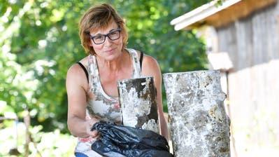 Pilzzüchterin Cornelia Keller lagert die beimpften Hölzer, auf denen bald Speisepilze wachsen werden, in Abfallsäcken. (Bild: Donato Caspari)