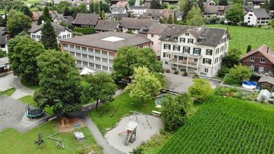 Das Sonderschulheim Mauren besteht aus dem Neu-, Mittel- und Altbautrakt und verfügt über eine grosse Gartenanlage. (Bild: Mario Testa)